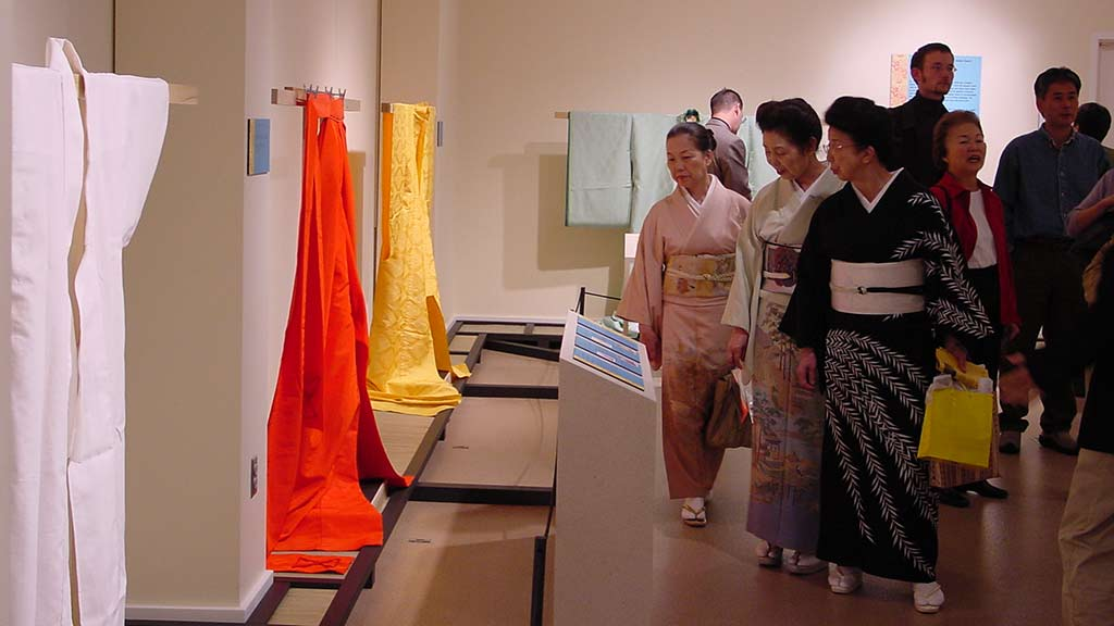 Participants learn that one standard size of fabric is used to make kimonos for all wearers.