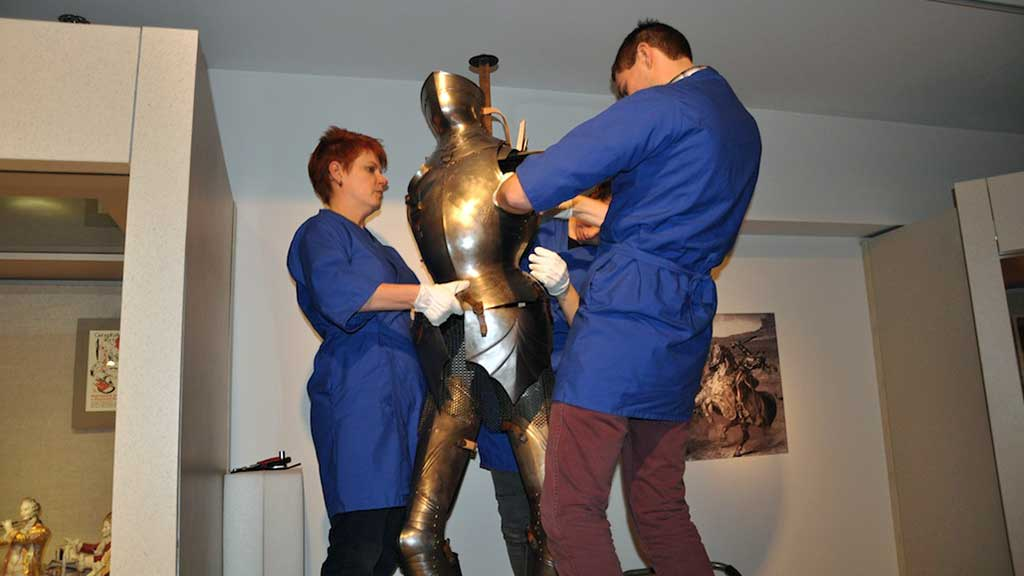 Reproduction of gothic armor returns to exhibit