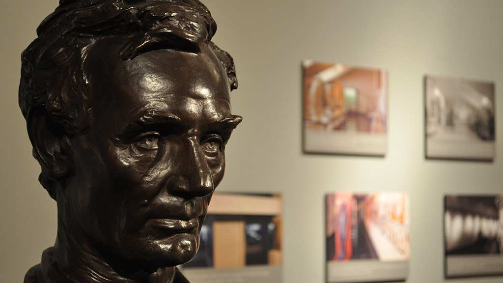 sculpture of Albraham Lincoln
