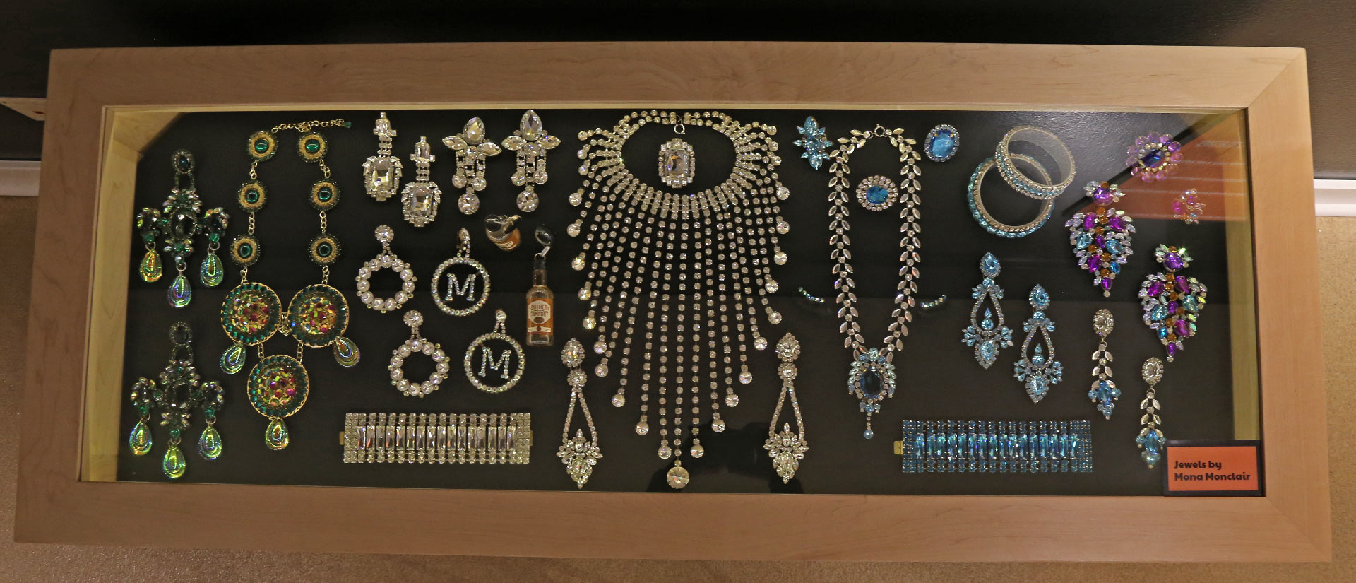 Rectangular Jewlery case displaying colorful pieces of jewlery
