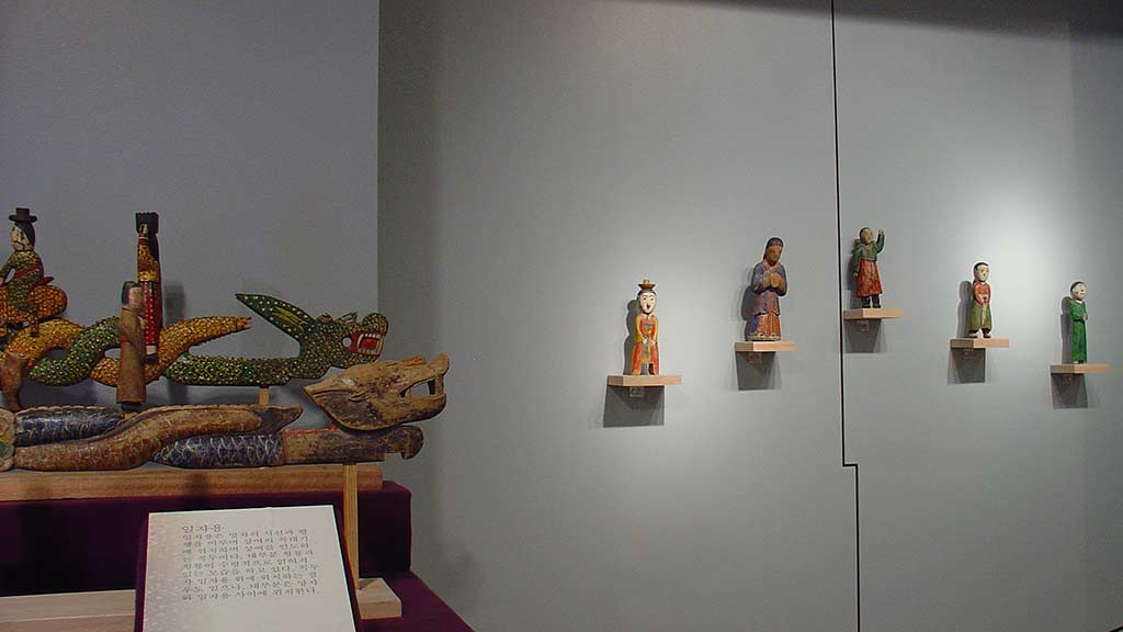 figures on a dragon boat, figure sculptures arranged on the wall